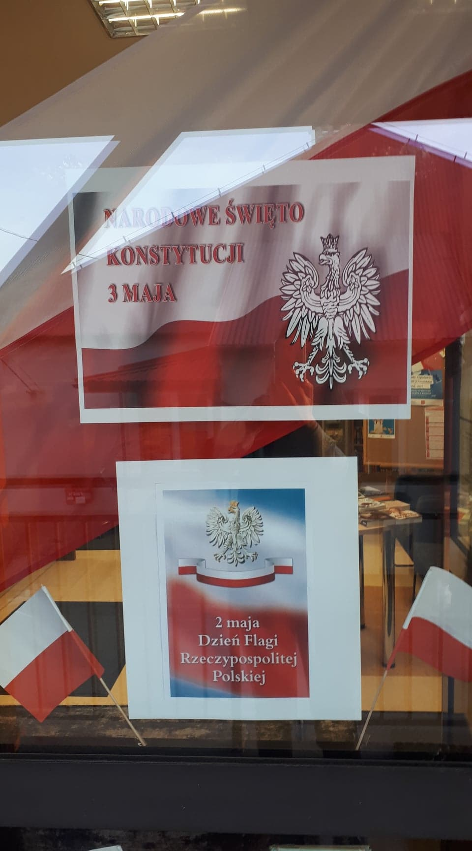 flaga Polski na niej Godło Polski